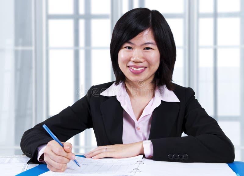 Download W Biurze Kobiety Azjatycki Działanie Obraz Stock - Obraz złożonej z zgoda, zaufanie: 13328631