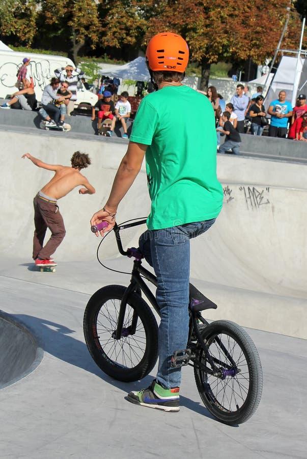 W Bmx łyżwiarka rowerzysta i jeździć na łyżwach parka zdjęcia royalty free