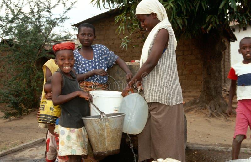 W Burundi zbieracka woda. fotografia stock