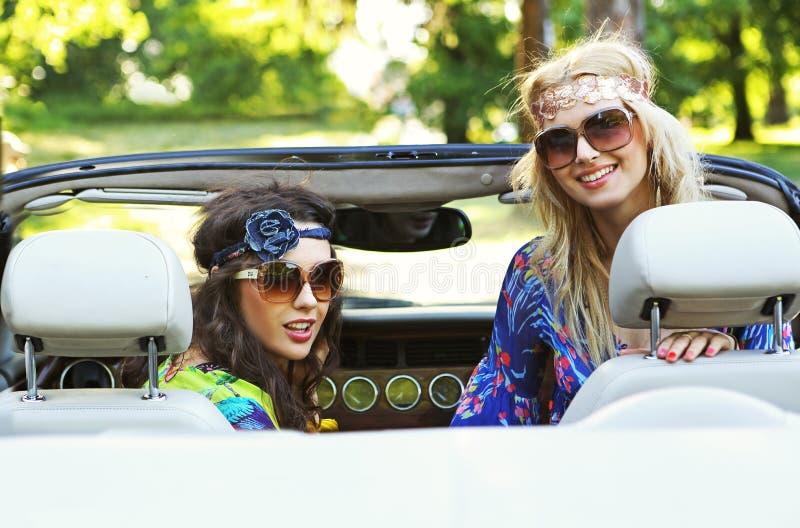 W cabrio uśmiechnięte kobiety zdjęcia royalty free