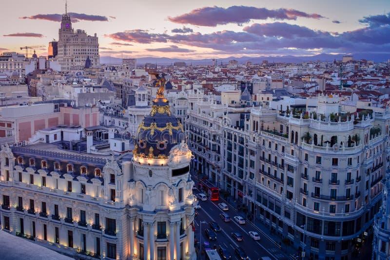 W centrum areal widok Madris od Circulo De Bellas Artes przy zmierzchem z colourful niebem, Hiszpania obrazy stock