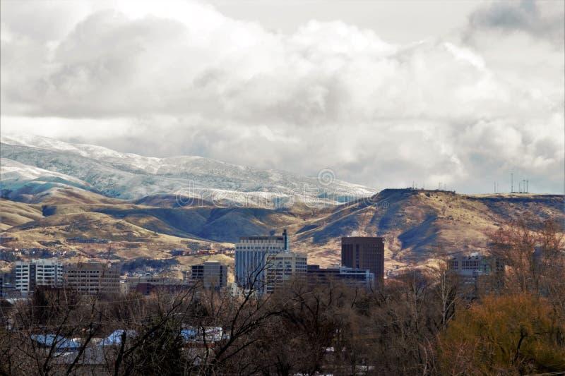 W centrum Boise na zima dniu z śniegiem nakrywał góry w tle obraz royalty free