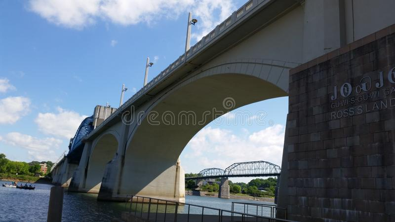 W centrum Chattanooga Tennessee pod mostem obraz stock