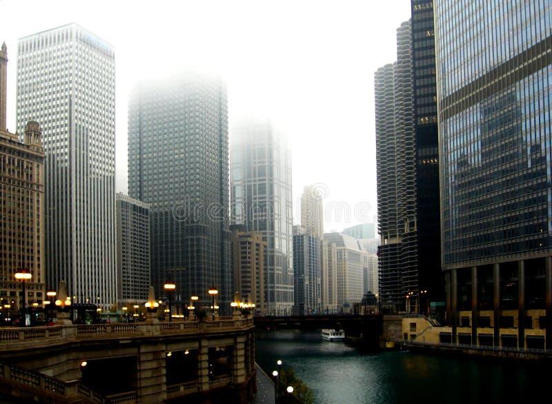 W centrum Chicago z drapacz chmur pod zimy mgłą zdjęcia stock