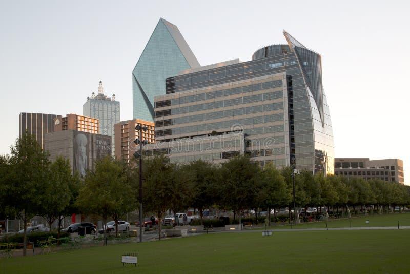 W centrum Dallas i Klyde Warren park na zmierzchu zdjęcia royalty free