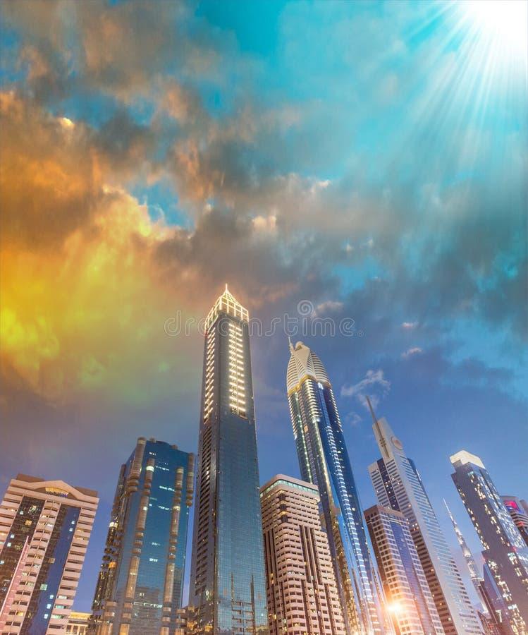 W centrum Dubaj drapacze chmur przy nocą, w kierunku nieba przeglądają obraz royalty free