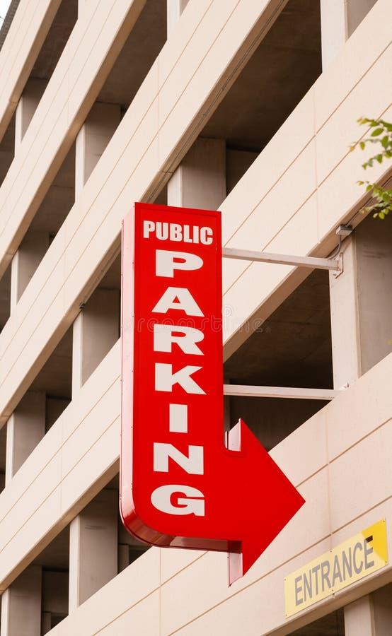 W centrum garażu strzała znaka Czerwoni punkty park zdjęcia royalty free