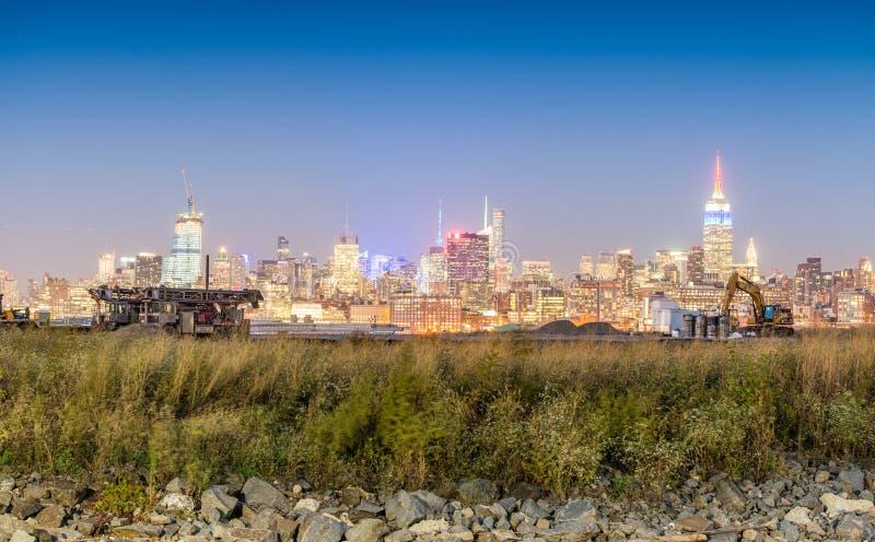 W centrum Manhattan przy nocą od Dżersejowego miasta, usa zdjęcia royalty free