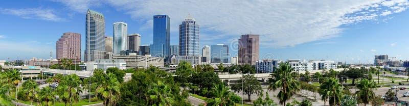 W centrum miasta linia horyzontu w Długiej panoramie Tampa Floryda obrazy stock