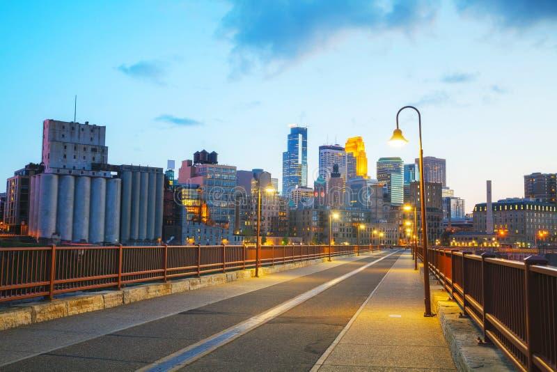W centrum Minneapolis, Minnestoa przy nighttime fotografia stock