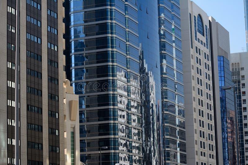 W centrum odbicie na budynkach biurowych obraz stock
