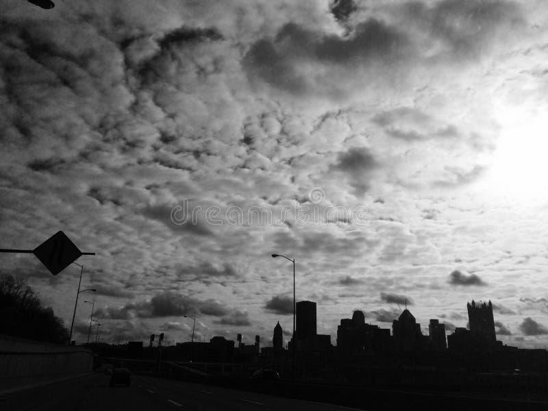 W centrum Pittsburg blanketed w chmurach zdjęcie stock
