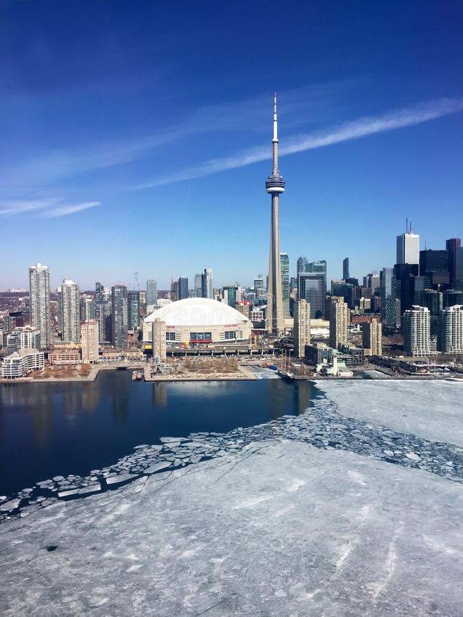 W centrum Toronto linia horyzontu, opóźniona zima z lodem na Jeziornym Ontario, fotografia stock