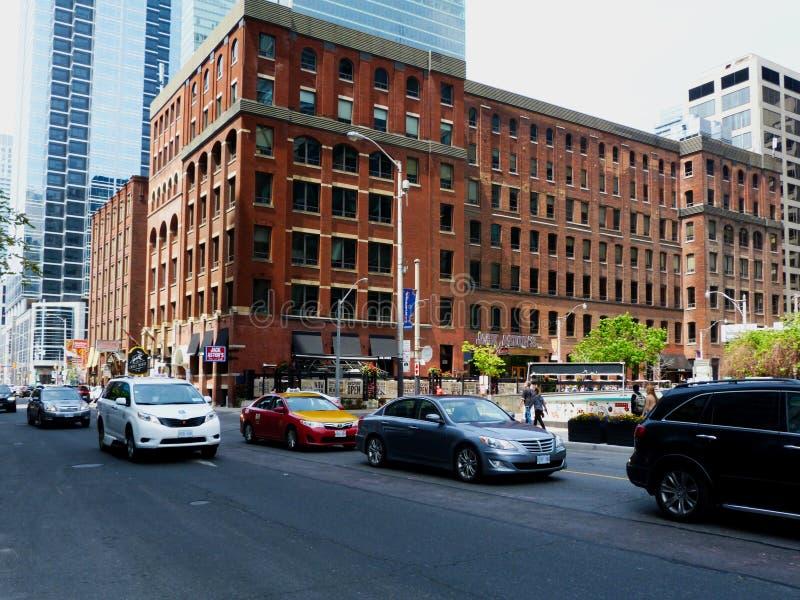 W centrum Toronto pieniężny okręg z lekkim ulicznym ruchem drogowym obraz royalty free
