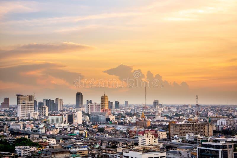 W centrum widok na Bangkok pejzażu miejskim od trutnia, kapitał Tajlandia, zmierzch obraz royalty free