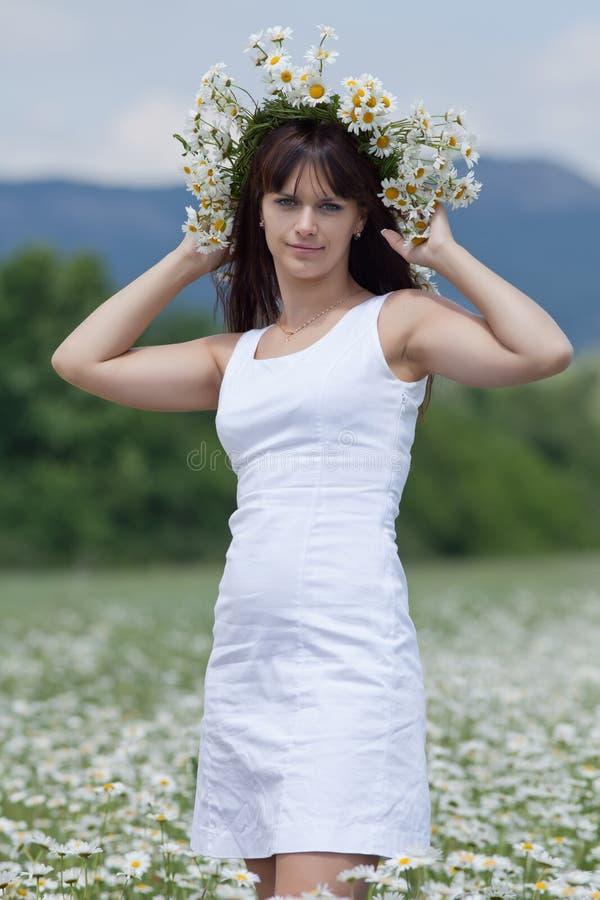 W chamomile wianku atrakcyjna brunetka fotografia stock