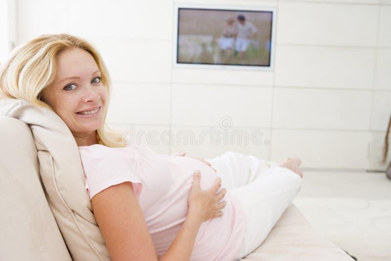 w ciąży telewizyjna uśmiechnięta patrzy kobieta obrazy stock