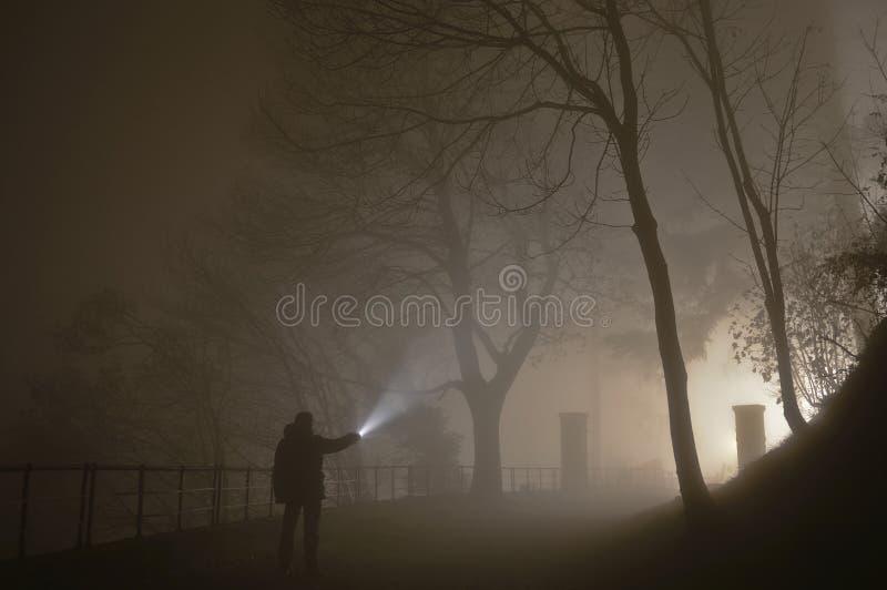 W ciemności mężczyzna zdjęcia stock