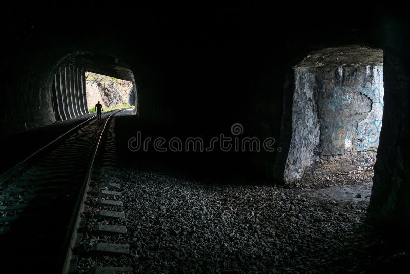 W ciemnym tunelu na Baikal kolei obraz royalty free