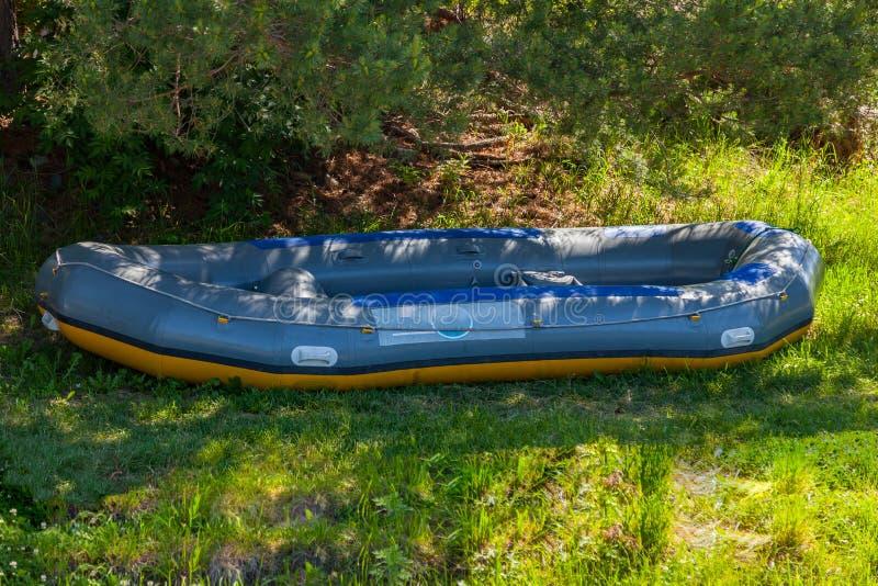 W cieniu pod drzewa flisactwa wielką nadmuchiwaną łodzią blisko rzeki w Altai górach sporty ekstremalne zdjęcie royalty free