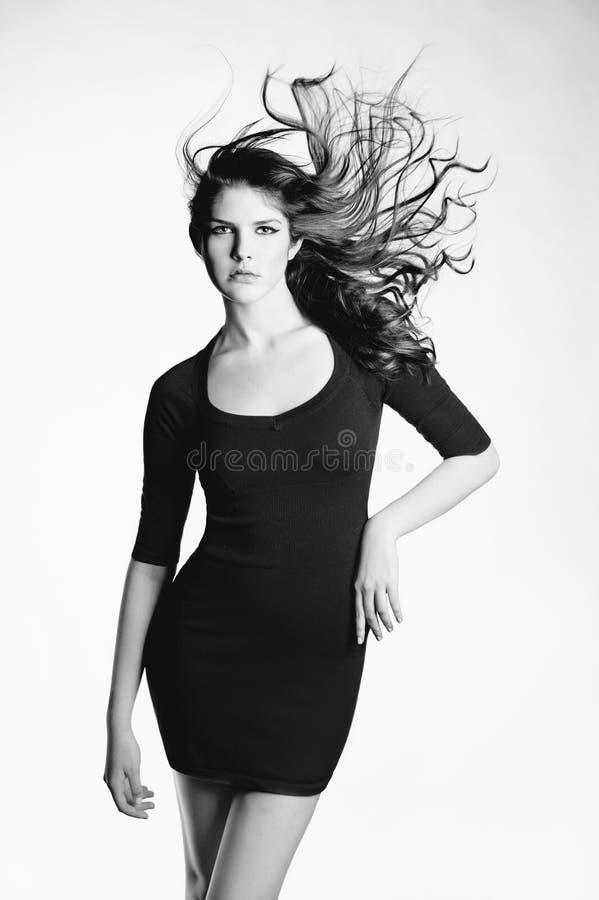 W czerń sukni piękna dama obraz stock