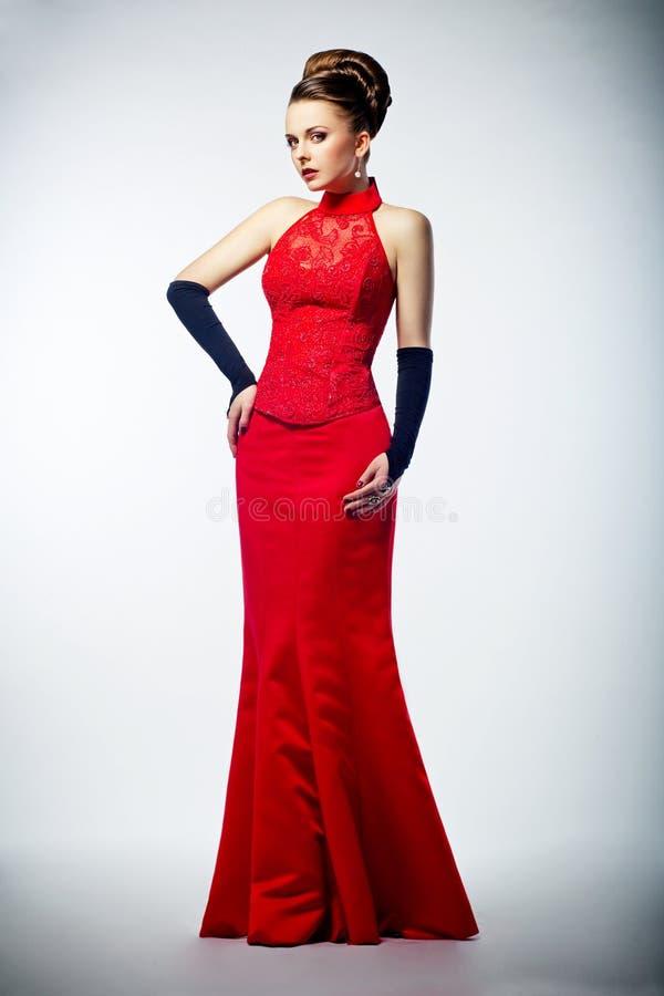 W czerwieni długiej sukni piękno panna młoda obraz stock
