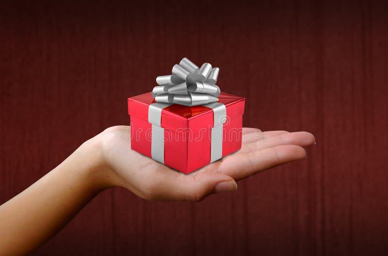 W czerwieni pudełku bożenarodzeniowy prezent fotografia stock