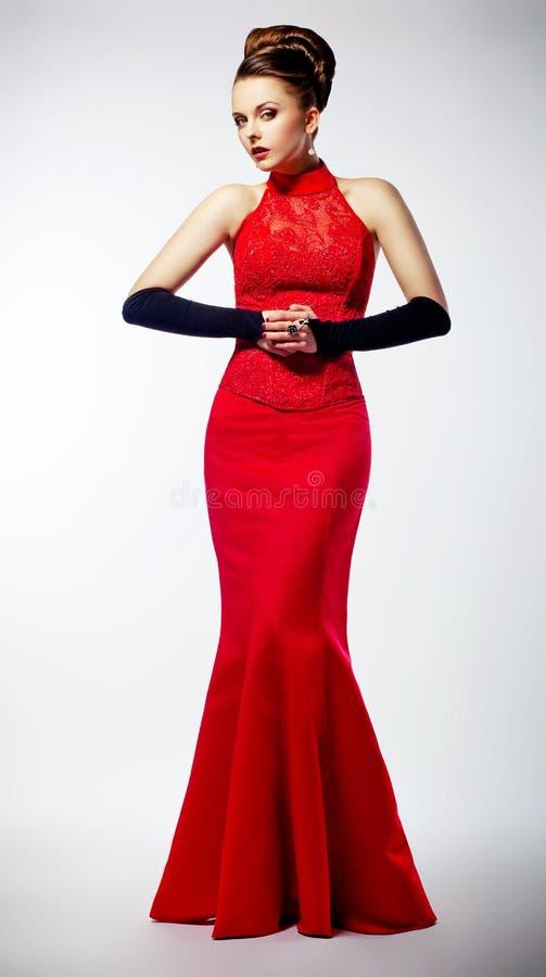 W czerwieni sukni luksusowa piękna panna młoda zdjęcie stock