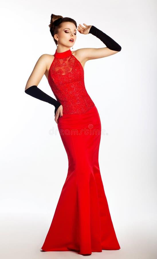 W czerwieni sukni piękna mody panna młoda, czarny rękawiczki obrazy stock