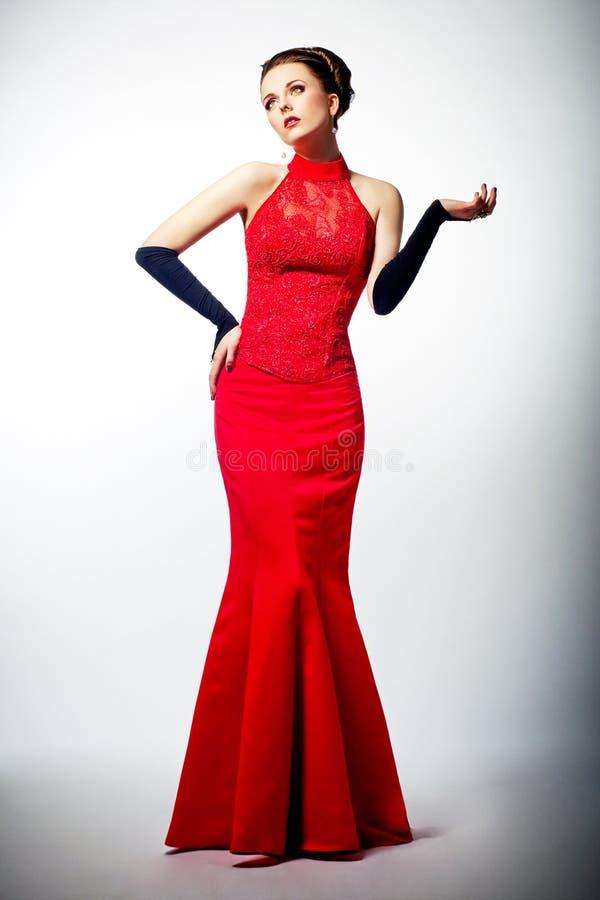 W czerwieni sukni wspaniała młoda europejska panna młoda obrazy royalty free