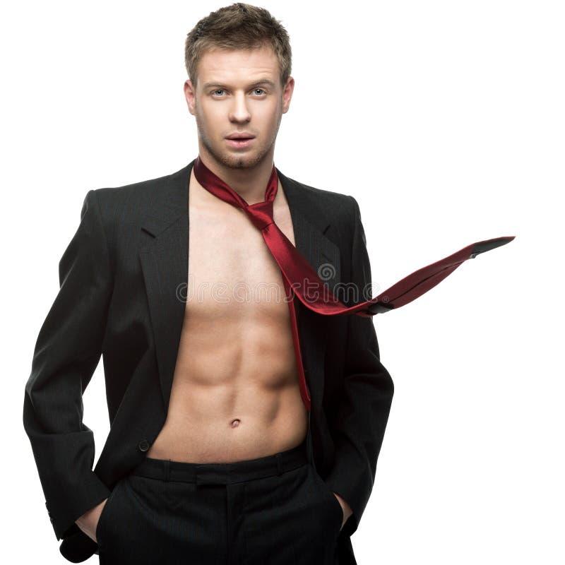 W czerwonym krawacie seksowny uśmiechnięty biznesmen zdjęcie royalty free