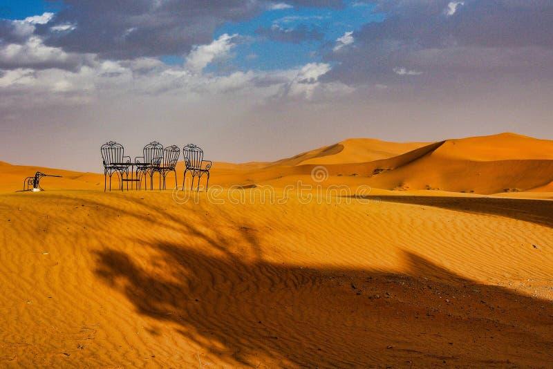 W diunach erg Chebbi blisko Merzouga w southeastern Maroko zdjęcie stock