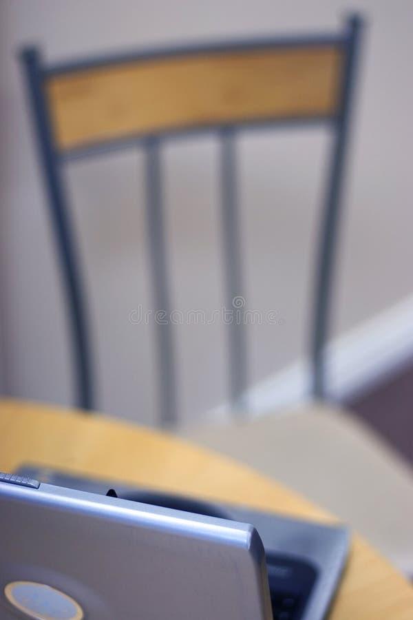 w domu laptopa stół obrazy stock