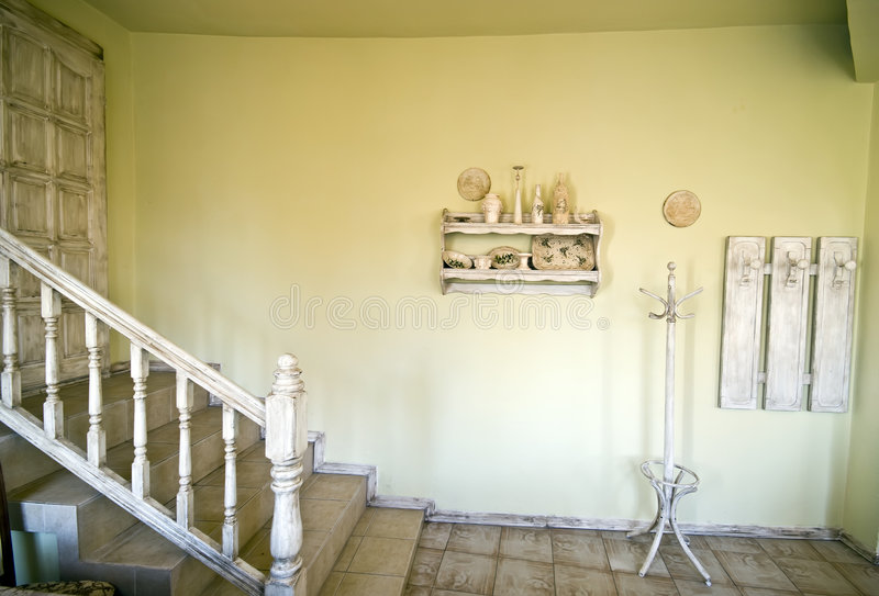 w domu nieociosani schody. fotografia royalty free