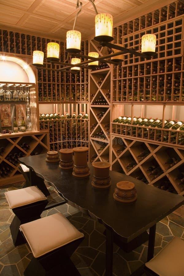 w domu piwnicy luksusowy wino obraz stock