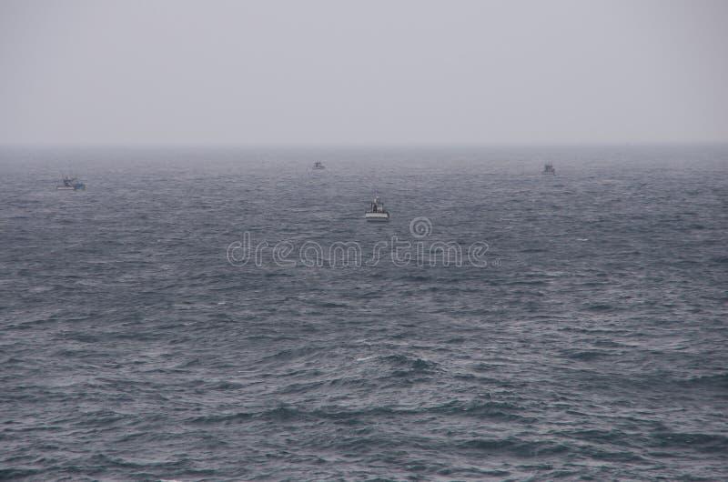 W early-morning mgle Fisher łodzie obraz stock