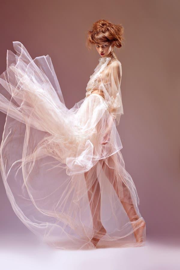 W ery średniowiecznej sukni piękna kobieta. Renesans zdjęcia stock