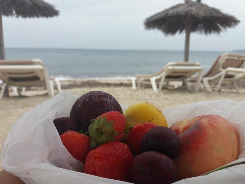 W& x27; frutta di s alla spiaggia fotografia stock libera da diritti