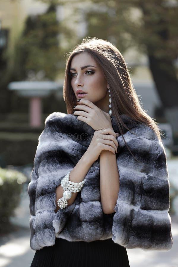 W futerkowym żakiecie moda model obraz royalty free