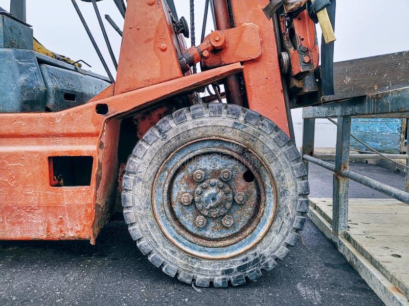 W górę Frontowego koła Stara Forklift ciężarówka zdjęcia royalty free