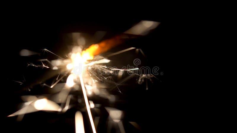 W górę iskrzastych sparklers w zmroku Mali świąteczni pożarniczy fajerwerki na kijach jaskrawy shinning w ciemności obraz royalty free