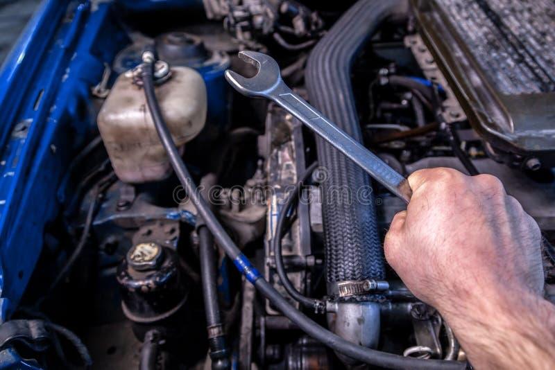 W górę młodego samochodowego repairman fotografia royalty free