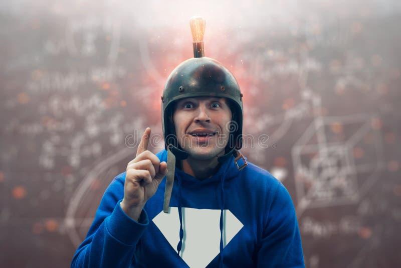 W górę portreta młody człowiek z zdziwionym spojrzeniem, naukowiec w hełmie z żarówką ma wielkiego nowatorskiego pomysł obrazy stock