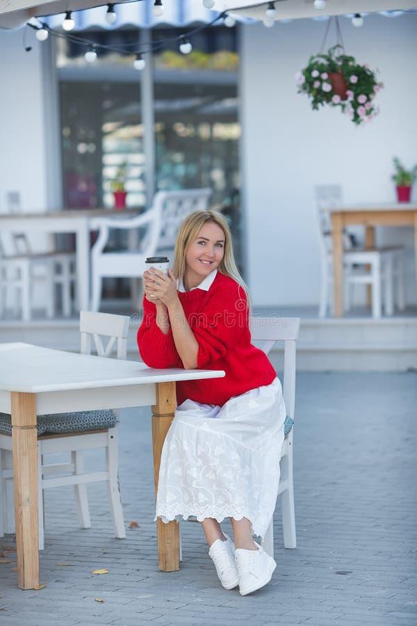 W górę portreta wspaniała caucasian dziewczyny dama jest ubranym czerwonego pulower i biel spódnicę Urocza długowłosa blondynki k zdjęcia royalty free