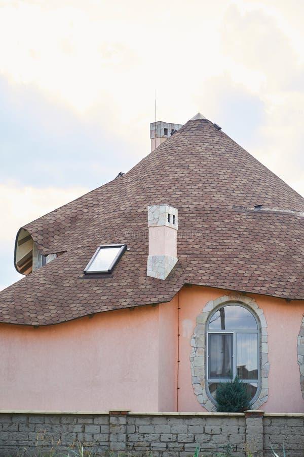 W górę szczegółu nowy nowożytny ekologiczny chałupa domu wierzchołek z shingled brązu dachem na niebieskiego nieba tle zdjęcia royalty free