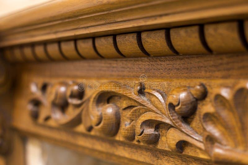 W górę szczegółu rzeźbiący drewniany dekoracyjny kawałek meble z kwiecistym ornamentem robić naturalny twarde drzewo Sztuka proje obrazy stock