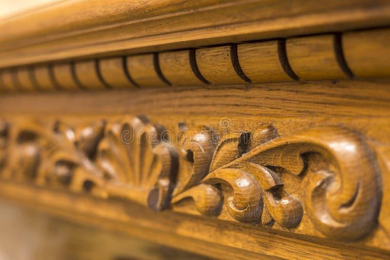 W górę szczegółu rzeźbiący drewniany dekoracyjny kawałek meble z kwiecistym ornamentem robić naturalny twarde drzewo Sztuka proje obraz stock