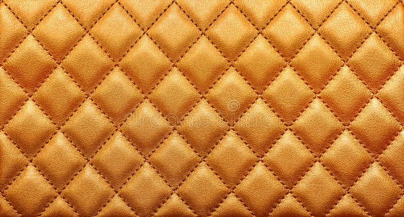 W górę tekstury prawdziwa skóra z rombowym zaszywaniem Bogaty złocisty kolor fotografia stock