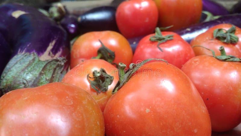 W górę świeżych czerwonych pomidorów od tradycyjnych rynków fotografia stock