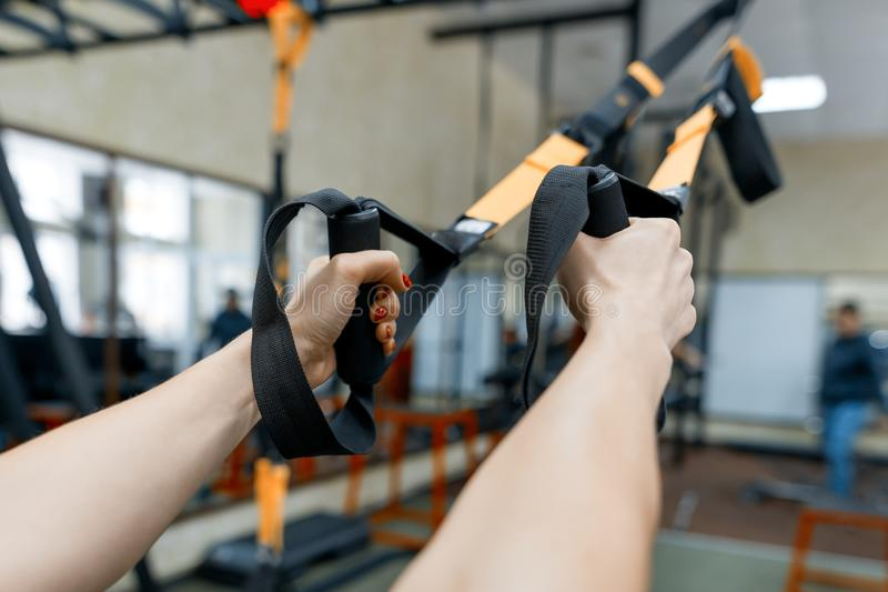 W górę żeńskich ręk z sprawności fizycznych patkami w gym Sport, sprawność fizyczna, szkolenie, ludzie pojęć obraz royalty free